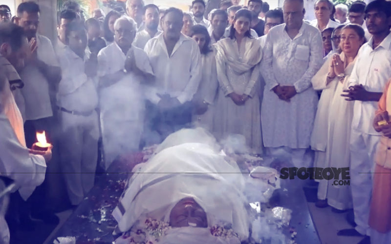 Krishna Raj Kapoor Full Funeral Video: Bollywood Stars Bid 'Farewell'