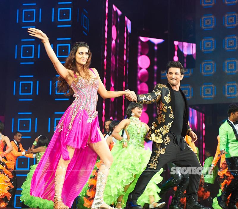 kriti sanon and sushant singh rajput perform at iifa