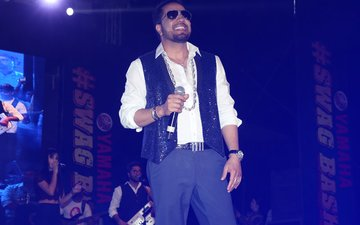 Mika Singh Revs Up The Crowd At Yamaha Swag Bash 2017