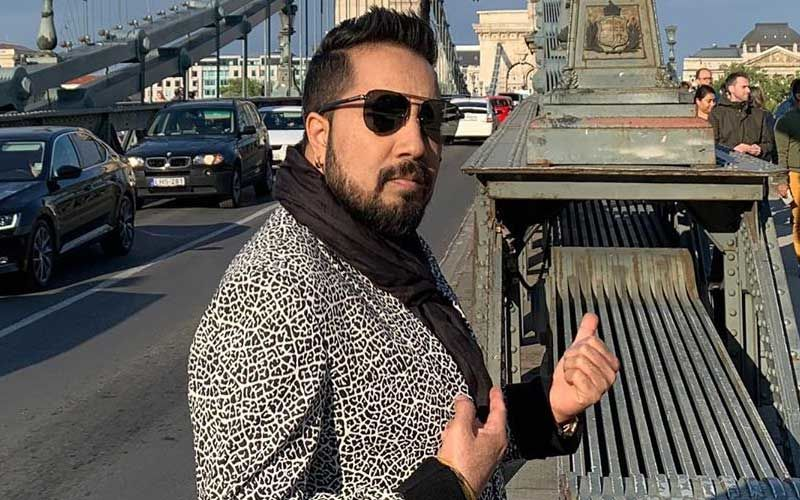 "Post Being Banned From The Indian Film Industry, Mika Singh Shouts Bharat Mata Ki Jai; Netizens Call It, ""Damage Control"""