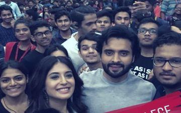 मुंबई के एक कॉलेज में जैकी भगनानी और कृतिका कामरा ने जमकर प्रमोट की अपनी फिल्म 'मित्रों'