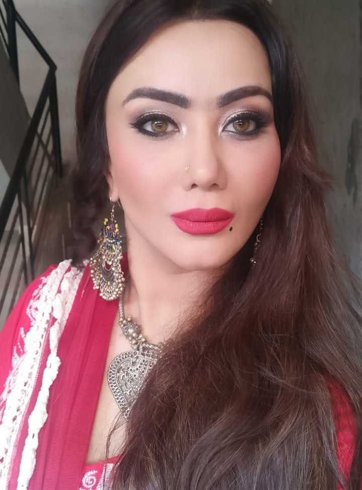 nausheen ali sardaar poses for a selfie