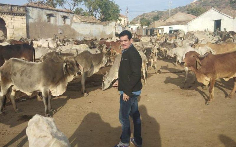 प्रधानमंत्री नरेंद्र मोदी के बचपन में बिताए गुजरात के जगहों पर पहुंचे डायरेक्टर ओमंग कुमार