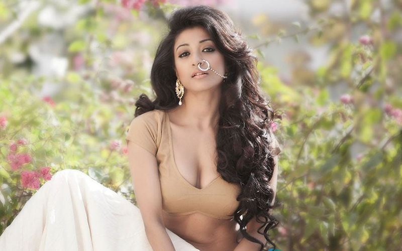 Paoli Dam Shares Picture With Dev While Shooting For Sanjhbati