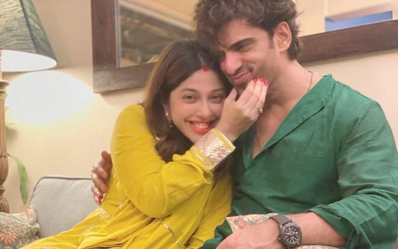 Aditi Malik Posts An Adorable Pic Of Mohit Malik Cradling Her Baby Bump; Writes A Message For Her Child: 'We're Eagerly Awaiting Your Arrival'
