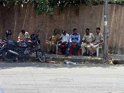 police commandos outside sonu nigams house for his security