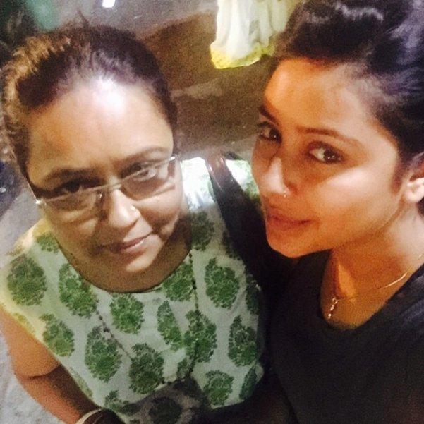 pratyusha banerjee with mom