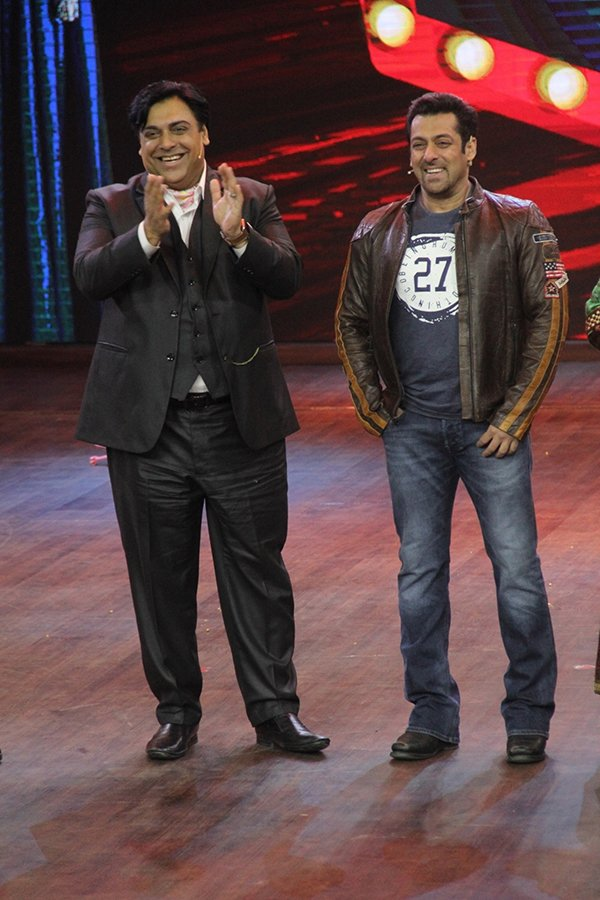 ram kapoor and salman khan cheering for the performances