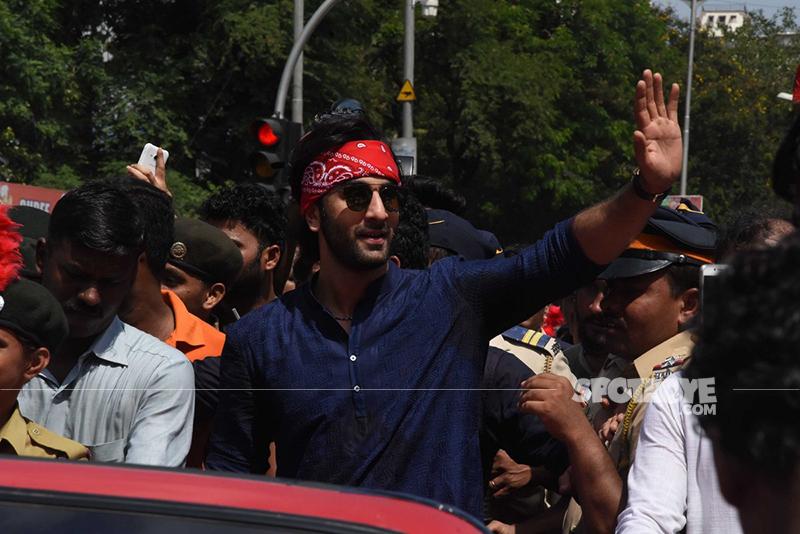ranbir kapoor waves out to the crowd during ganpati visarjan