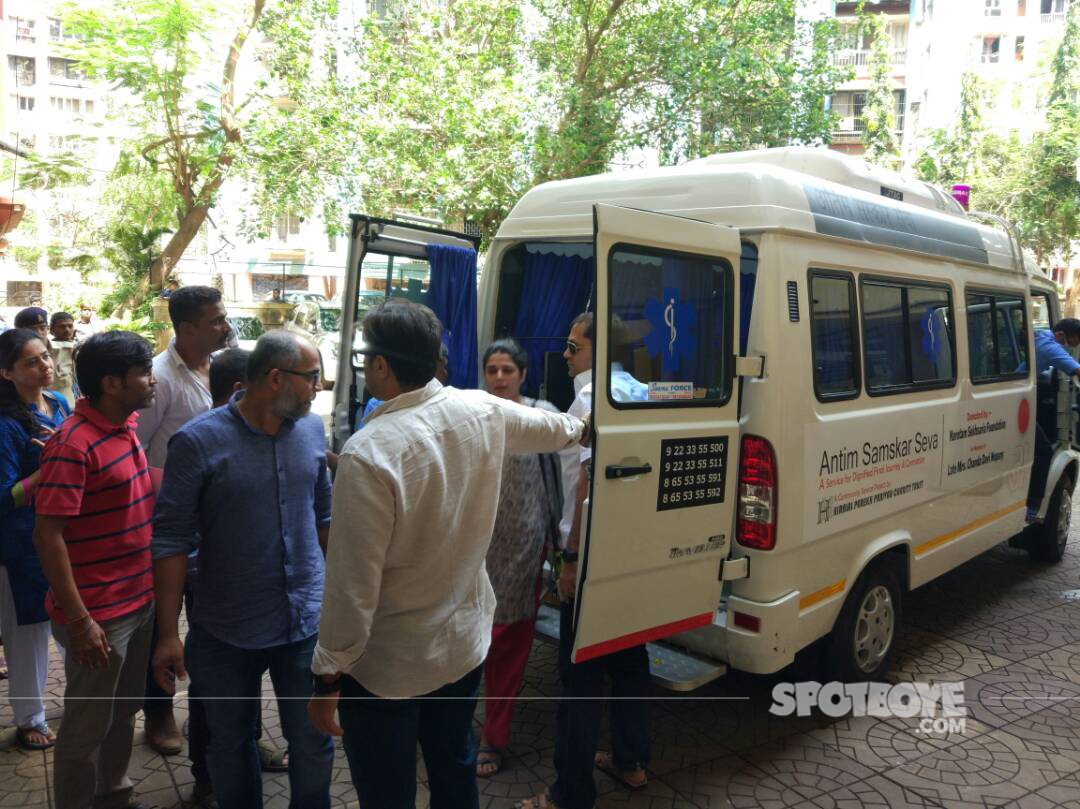 reema lagoo relatives outside ambulance