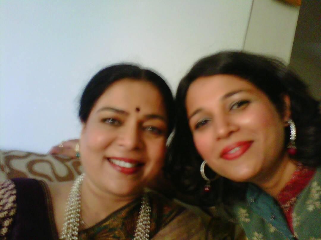 reema lagoo with daughter mrunmayee