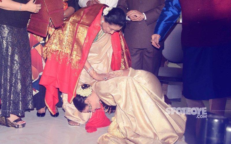 rekha touches asha bhosles feet