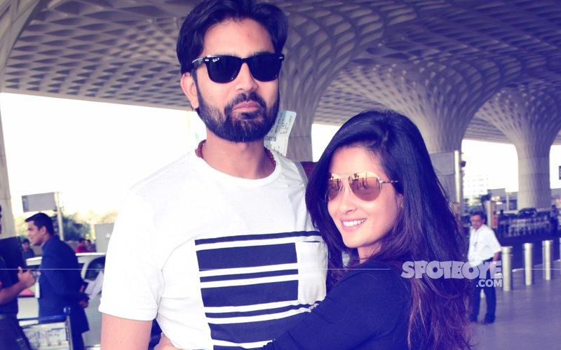 Hottie Riya Sen SPOTTED With Hubby Shivam Tewari At Mumbai Airport