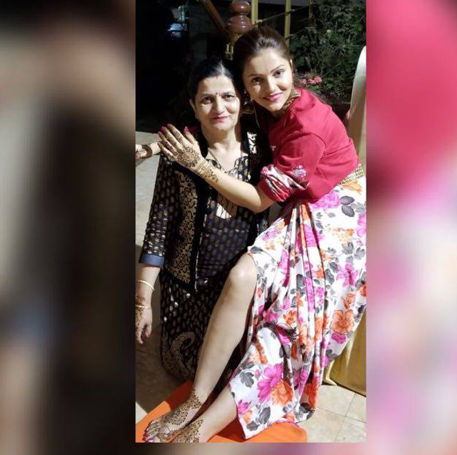 rubina dilaik with mom