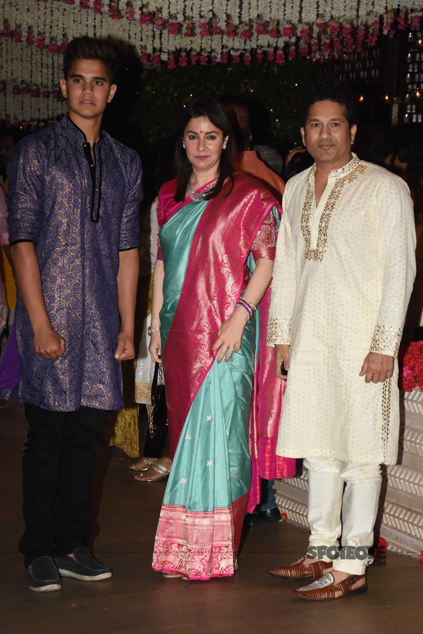 sachin tendulkar with wife anjali and son