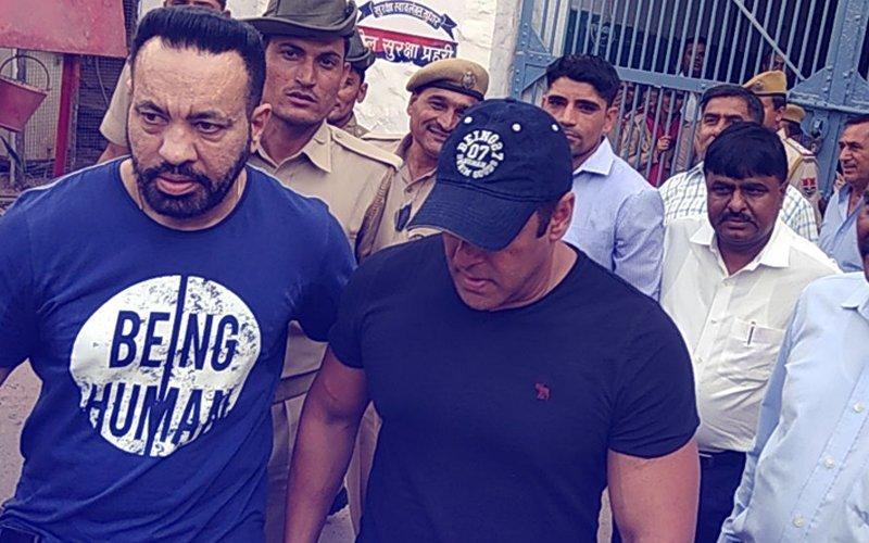 Pics & Videos: जेल से आखिरकार निकले सलमान खान, कुछ ही देर में पहुचेंगे मुंबई