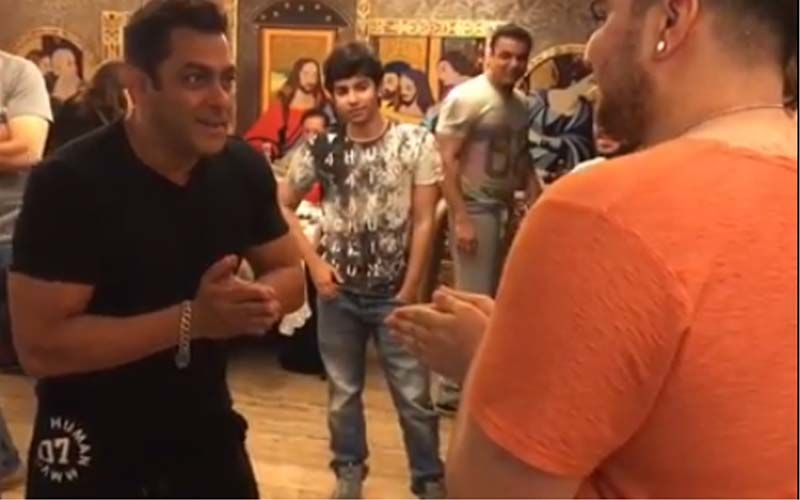 Salman Khan Plays Hot Hands With Nephews Arhaan and Nirvaan. Watch Video To See Who Wins!