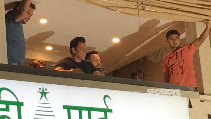 salman khan acknowledges his fans