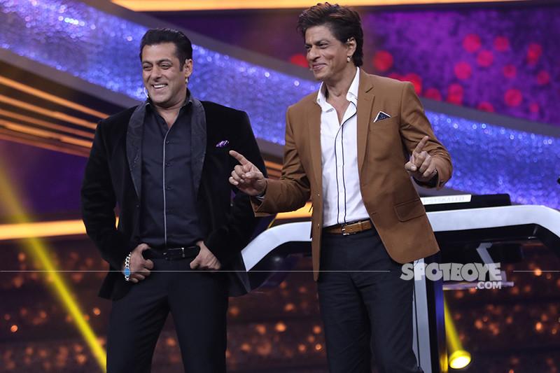 salman khan and shah rukh khan at the finale episode of 10 ka dum