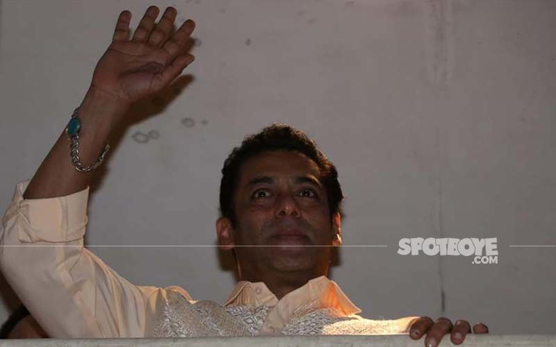 Salman Khan Wishes Eid Mubarak To His Fans From Balcony - See Pics