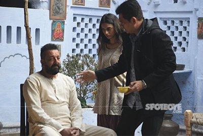 sanjay dutt and aditi rao hydari with director omung kumar on the sets of bhoomi