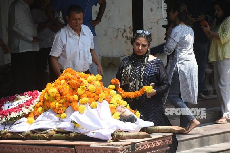 shabana azmi at kalpana lazmi funeral