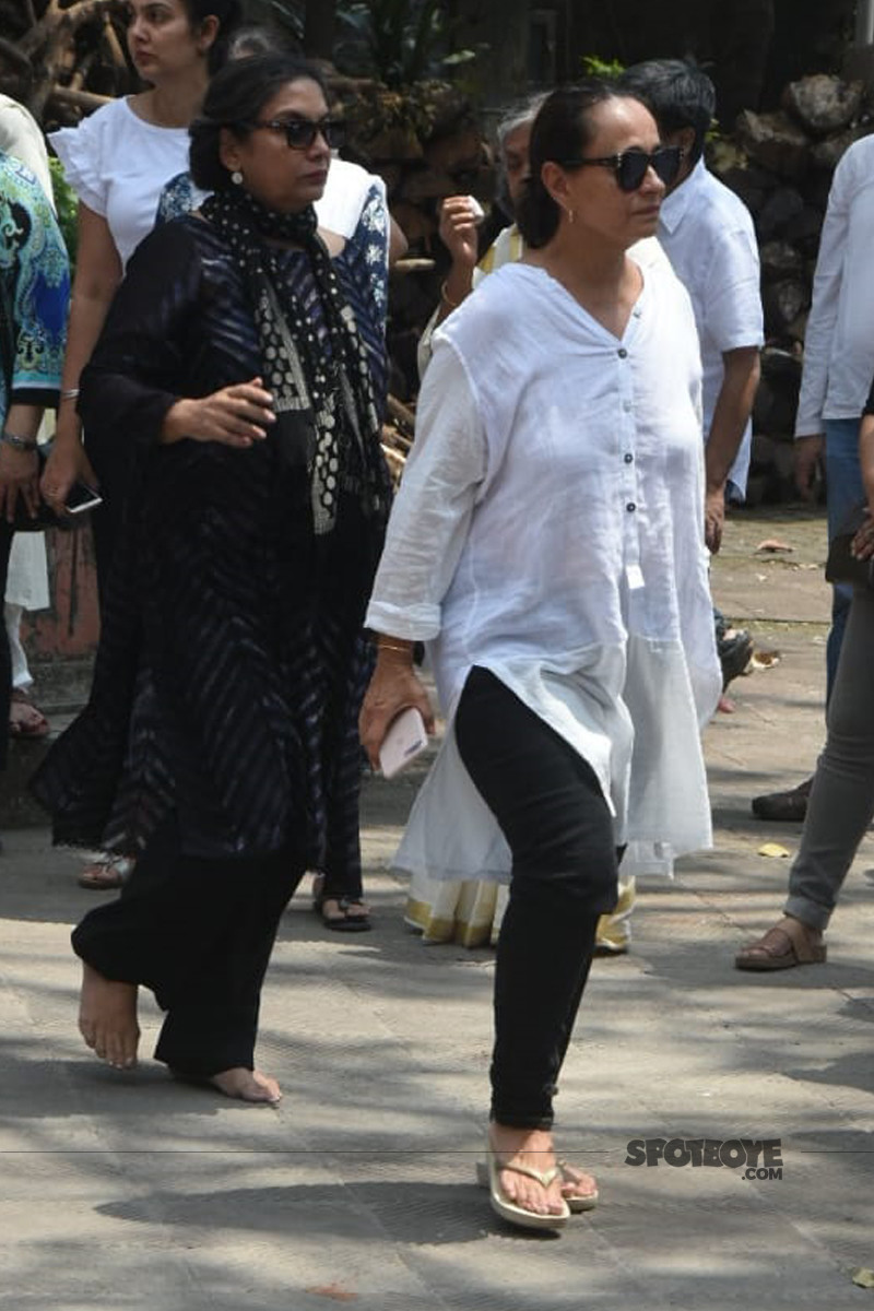 shabana azmi with soni razdaan at the funeral