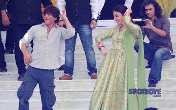 Shah Rukh Khan & Anushka Sharma Entertain Fans In Varanasi