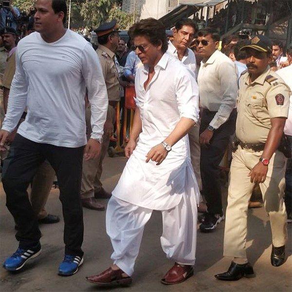 shah rukh khan at sridevis crematorium