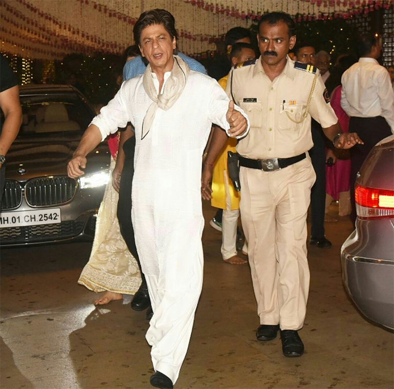 shah rukh khan walks bare foot as he loses his shoes at ambanis ganpati bash