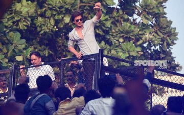 Back From Alibaug, B'Day Boy SRK Greets Fans At Mannat