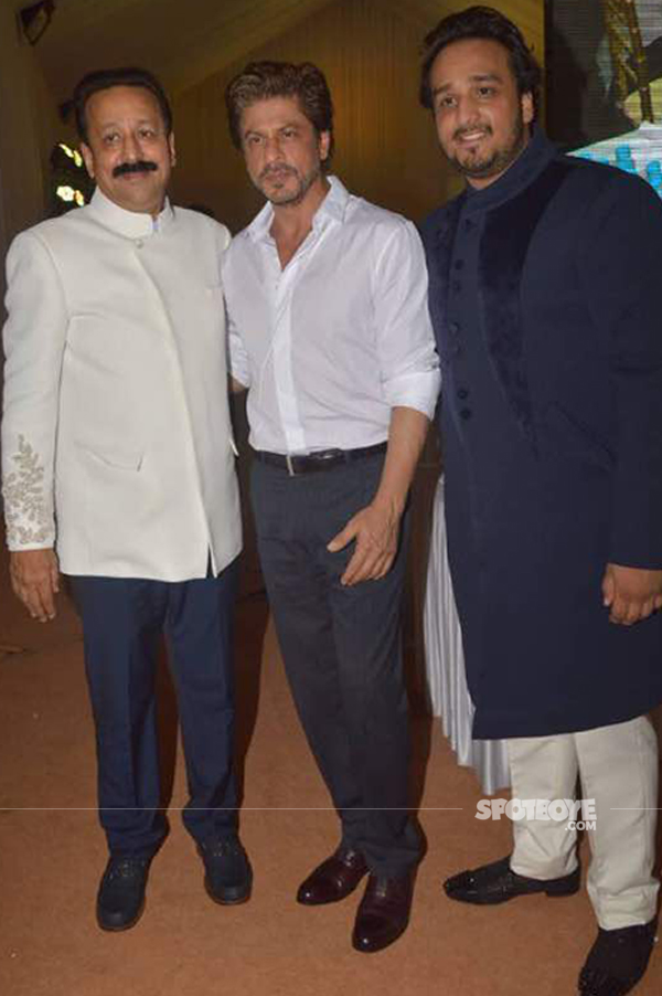 shah rukh khan with baba siddique and zeeshan at the iftar bash 2017
