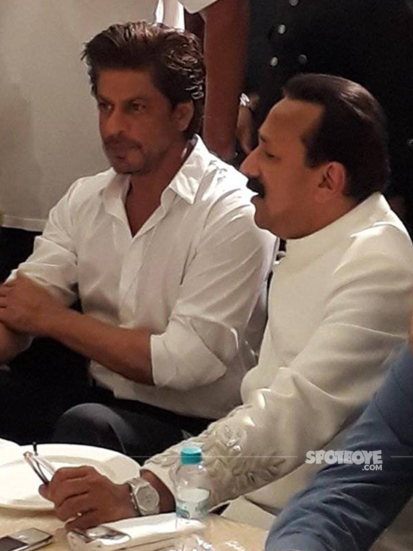 shah rukh khan with baba siddique at the iftar bash 2017