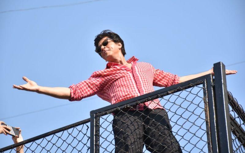 नहीं तोड़ी शाहरुख खान ने सालों पुरानी परंपरा, फैन्स के साथ मनाया अपना बर्थडे