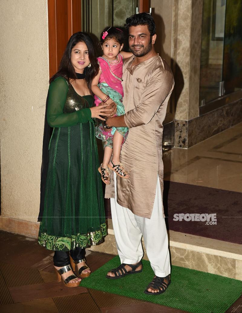 sharad kelkar with his family at sanjay dutts ganpati festivities