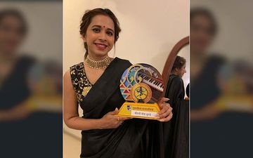 Shreya Bugde Looks Scintillatinly Hot In A Black Saree For An Awards Show