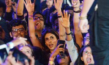 गली बॉय के म्यूजिक लांच पर फैंस की भीड़ में परफॉर्मेंस को एन्जॉय करती दिखी अमिताभ बच्चन की बेटी श्वेता