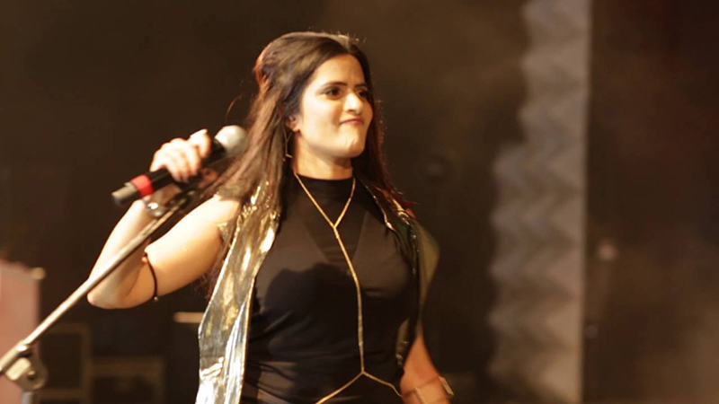 sona mohapatra on stage singing
