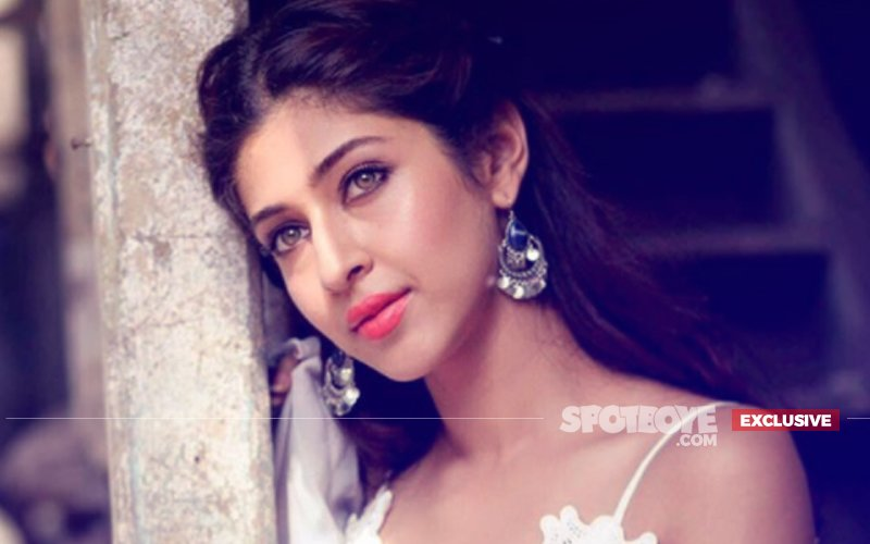 Sonarika Bhadoria SLIPS In The Bathroom, INJURES Her Leg