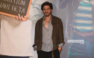Shah Rukh Khan Gets An Unexpected Gift From The Paps At Kaamyaab Screening; THIS Is How He Reacted – VIDEO