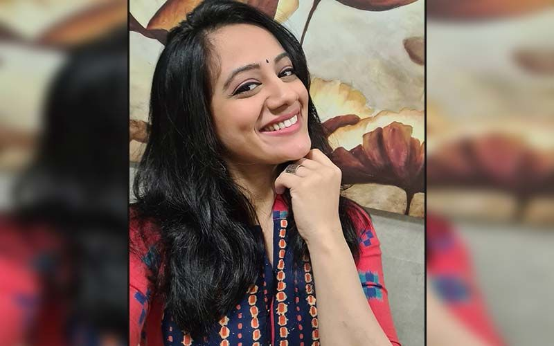 Spruha Joshi Shares A Glimpse Of Her Back Screen Shenanigans