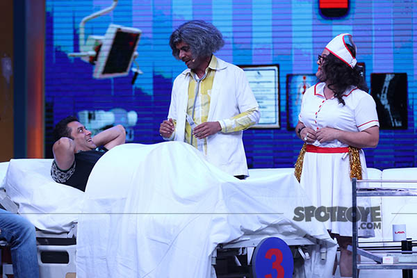 sunil grover as dr mashoor gulati performs his operation on his patient salman khan at the super nights with tubelight event