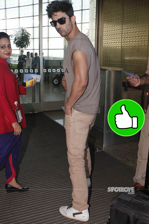 sushant singh rajput snapped at the mumbai airport enroute the ipl finale