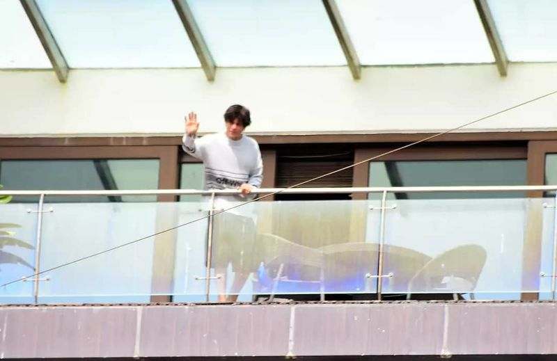 Shah Rukh Khan Wishes His Fans Eid Mubarak From Mannat Balcony- View Pics