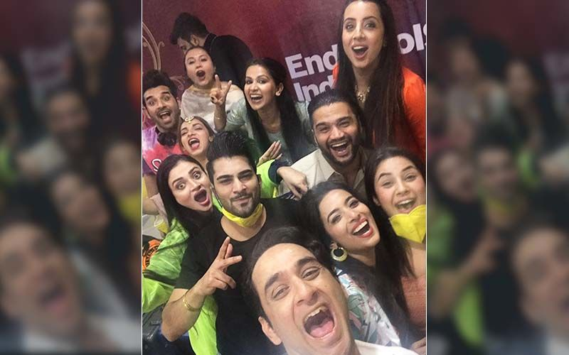 Mujhse Shaadi Karoge: Vikas Gupta Shares A Happy Selfie With The Contestants, Shehnaaz Gill And Others Sport A Mask