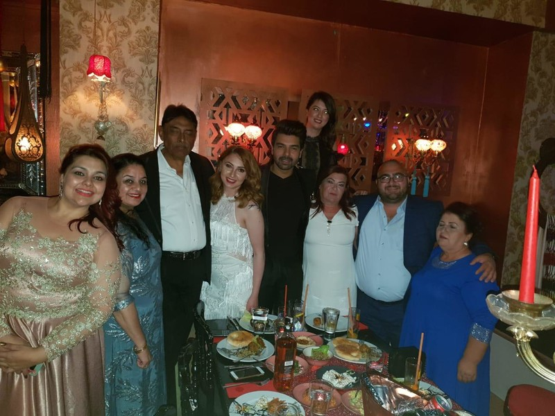 vipul roy melis pose with family