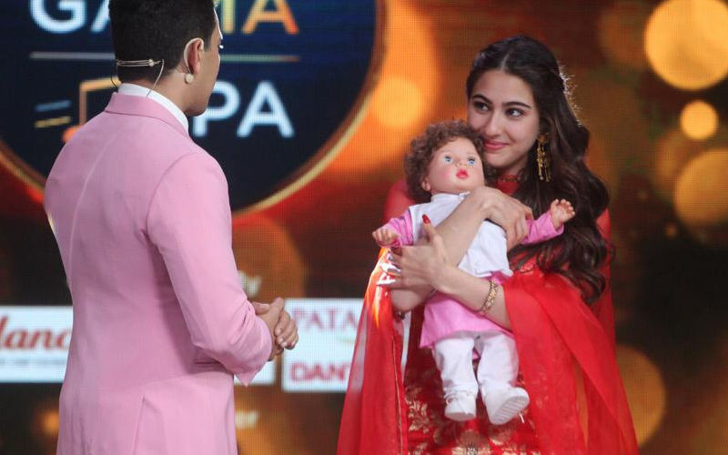 Sara Ali Khan Poses With Taimur. Oh! Hold On, We Mean The Doll